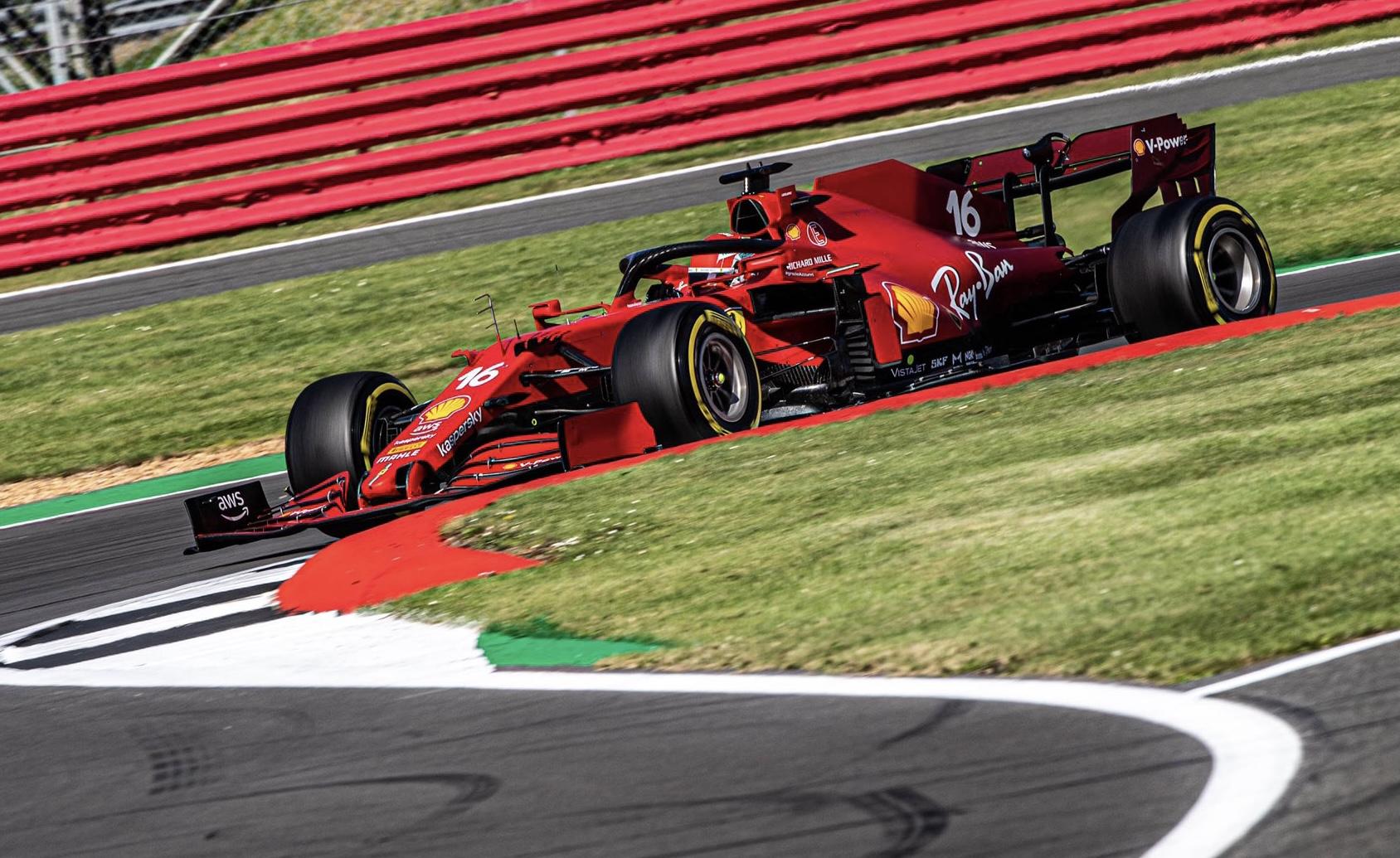 Una Ferrari argento vivo